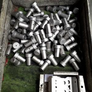Čepy z mat. 14 220 po cementaci, kalení, popouštění a dočištění.