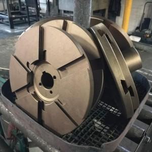 Součásti z nástrojové oceli po kalení, popouštění a stabilizaci.