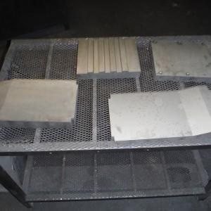 Součásti z nástojové oceli na roště po popouštění.