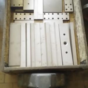 Součásti z nástrojové oceli po TZ a po otryskání.
